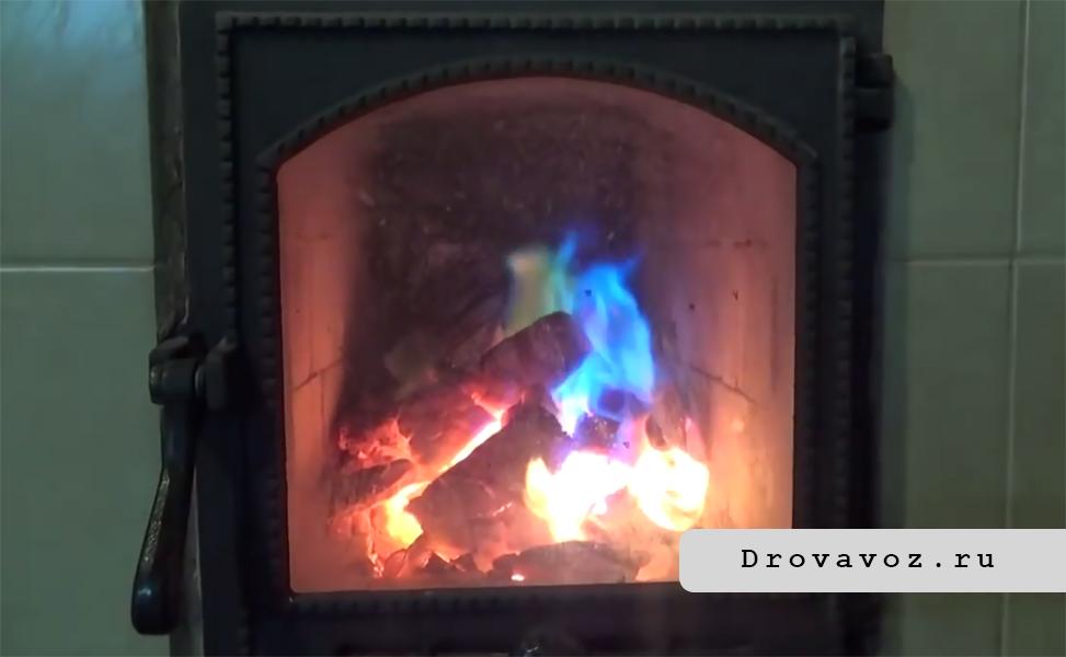 При сгорании Каминичека пламя в печи стало синим.